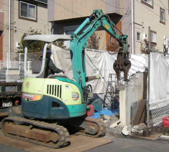 重機を使ってのコンクリート解体